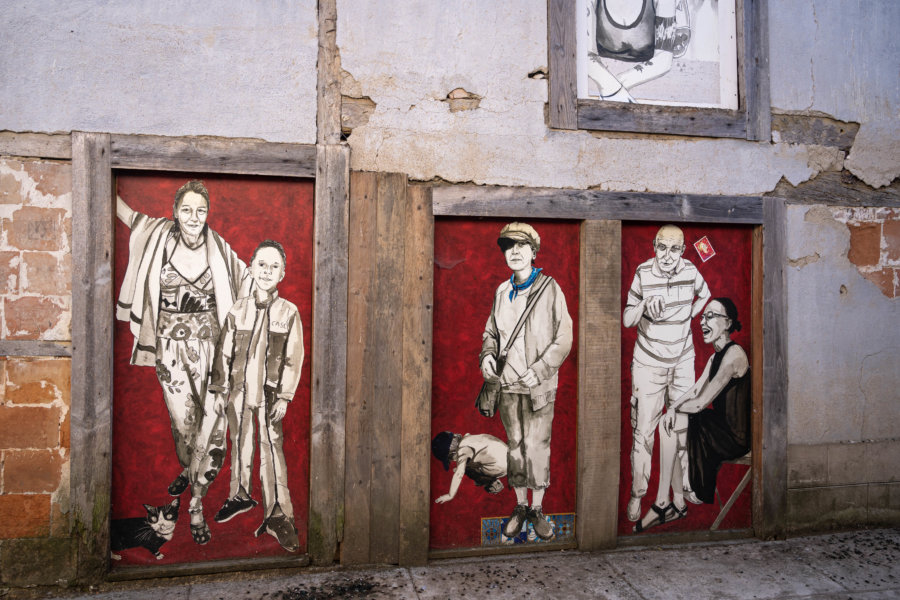 Illustrations dans une rue de Sarrant