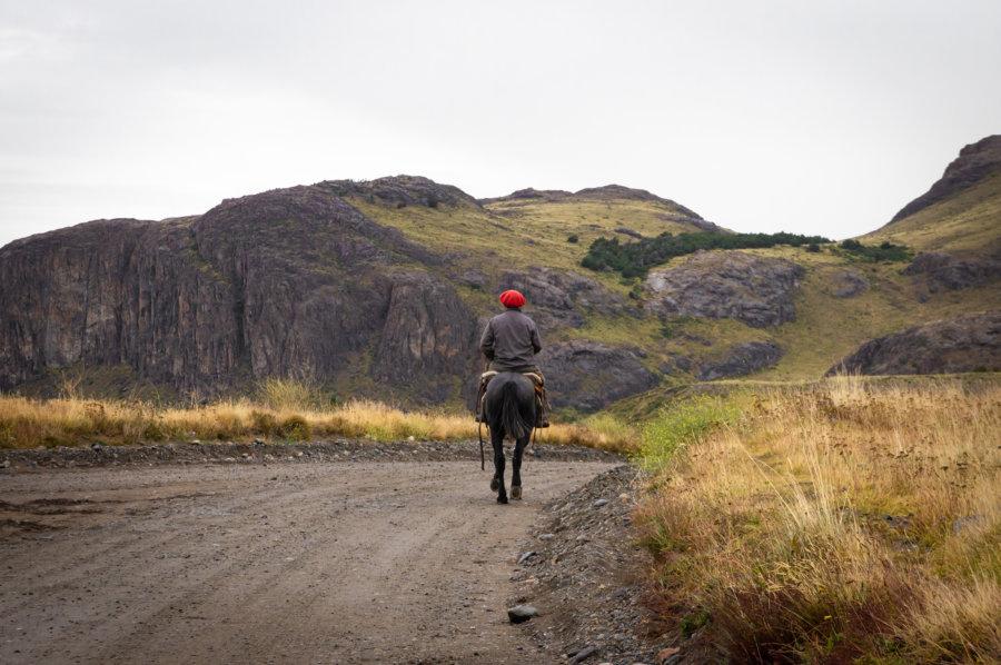 Béret basque et cheval à El Chaltén, Patagonie