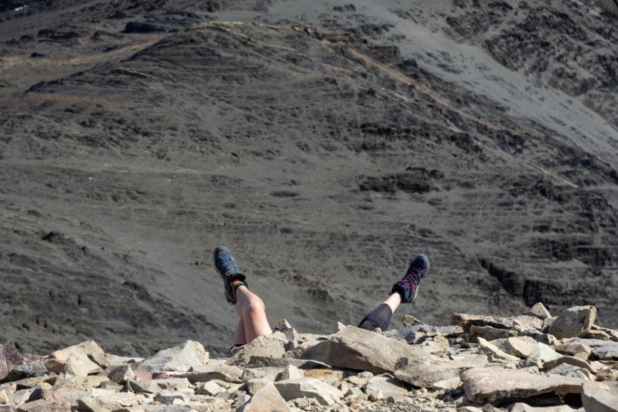 Sieste dans les cailloux après la randonnée