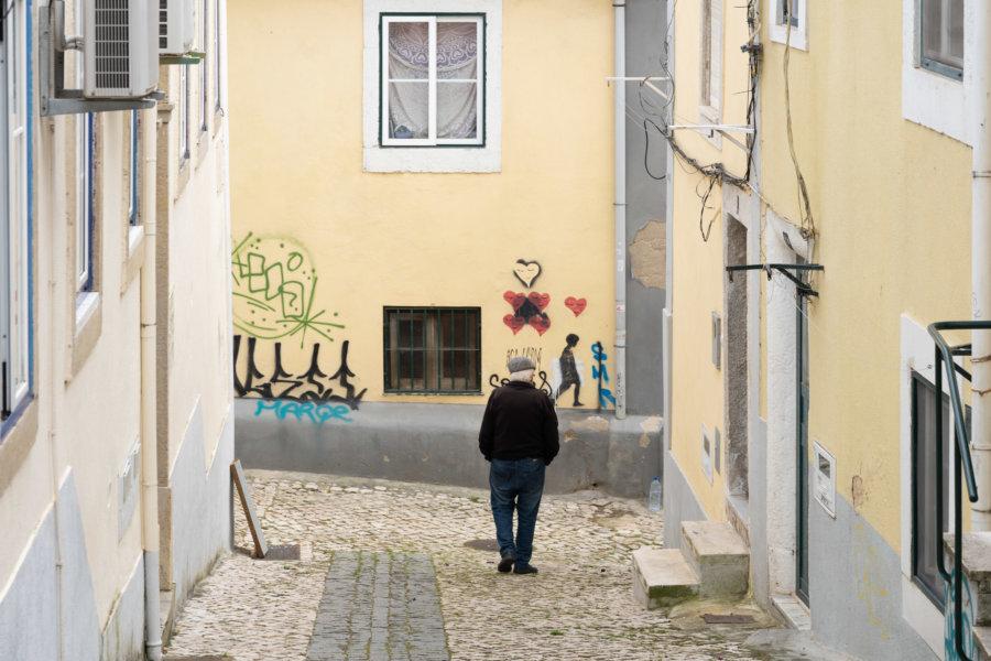 Rue dans la ville d'Almada, Portugal