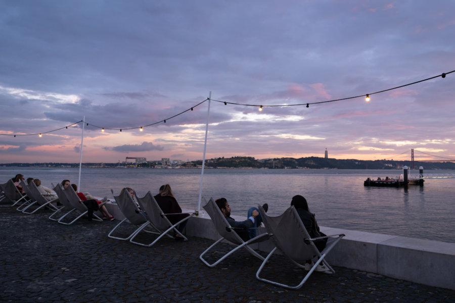 Coucher de soleil dans les transats de Ribeira das Naus à Lisbonne