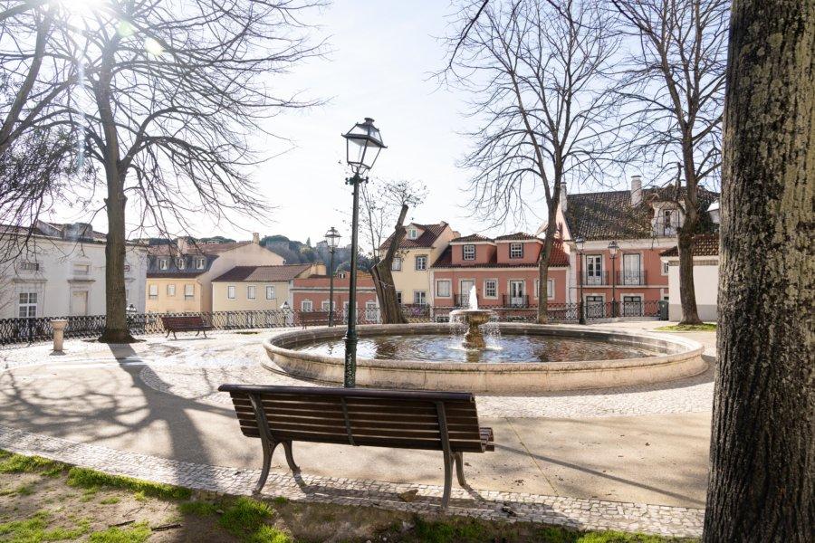 Petite place avec fontaine à Graça, Lisbonne