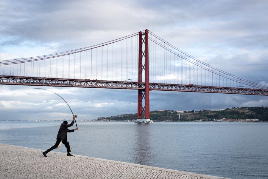 Pêcheur sous le pont du 25 avril à Belém