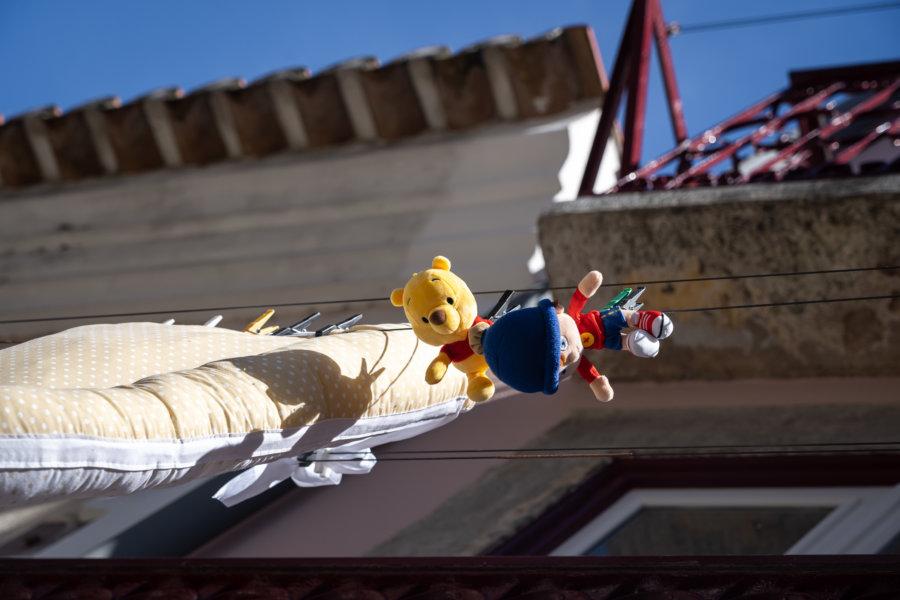 Peluches sur une corde à linge à Lisbonne