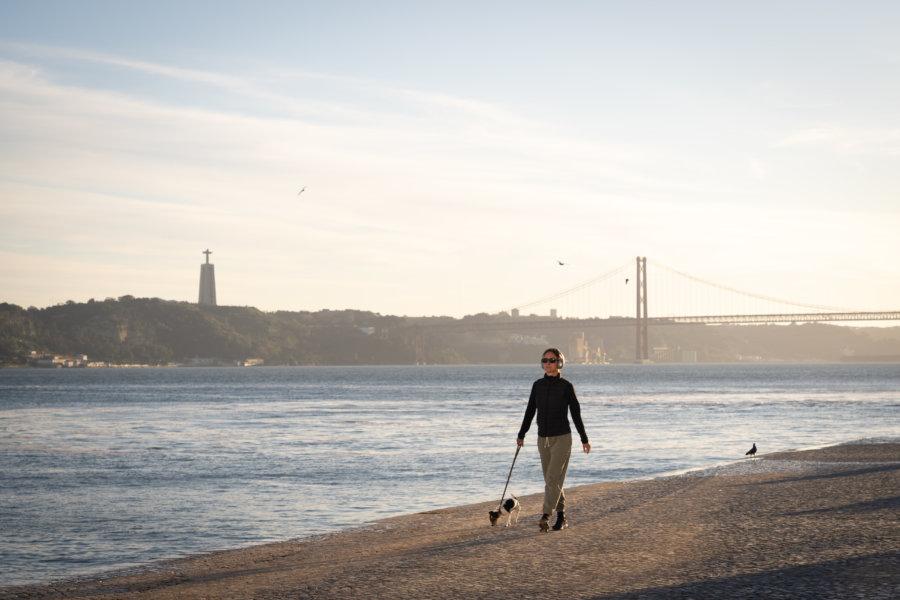 Promenade Ribeira das Naus près du Tage à Lisbonne