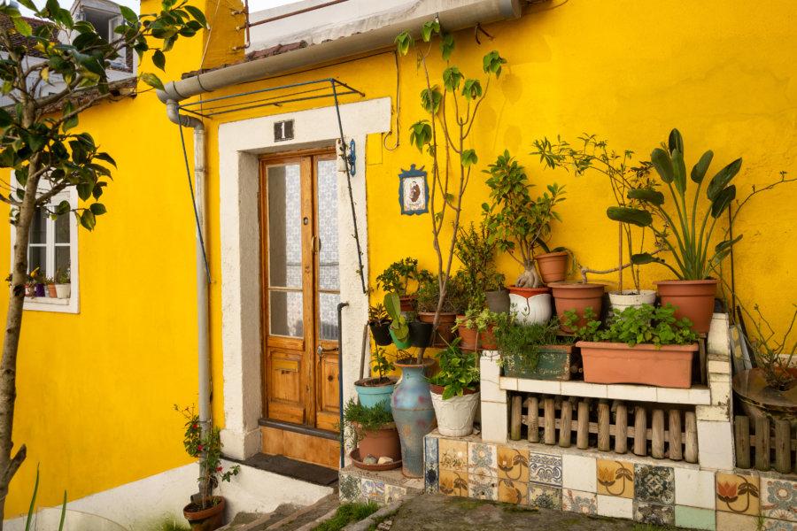 Rue jaune dans Mouraria à Lisbonne