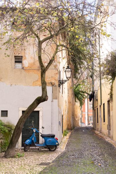 Ruelle d'Alfama avec scooter à Lisbonne