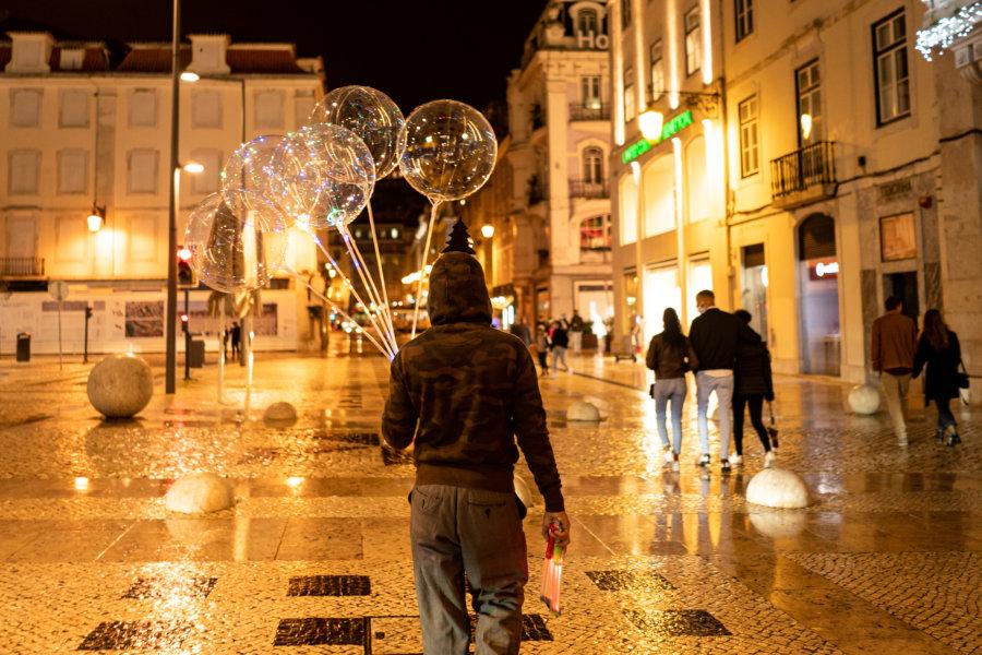 Vendeur de ballons à Lisbonne la nuit