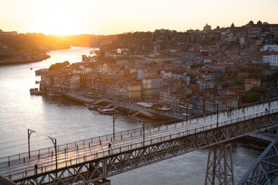 Coucher de soleil sur la ville de Porto