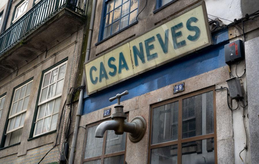 Devanture de magasin au robinet à Porto