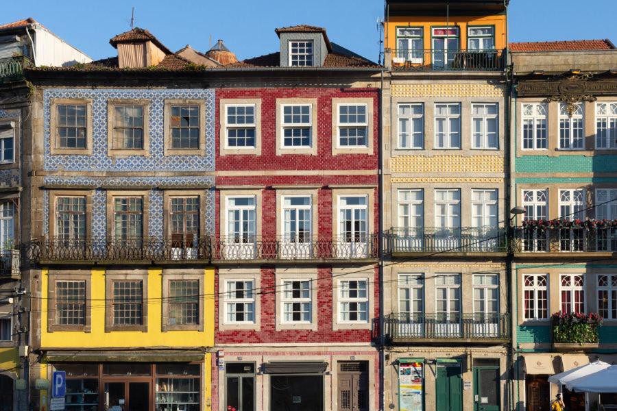 Façades d'immeubles à Porto près de Clerigos