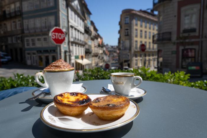 Pasteis en terrasse chez Castro à Porto