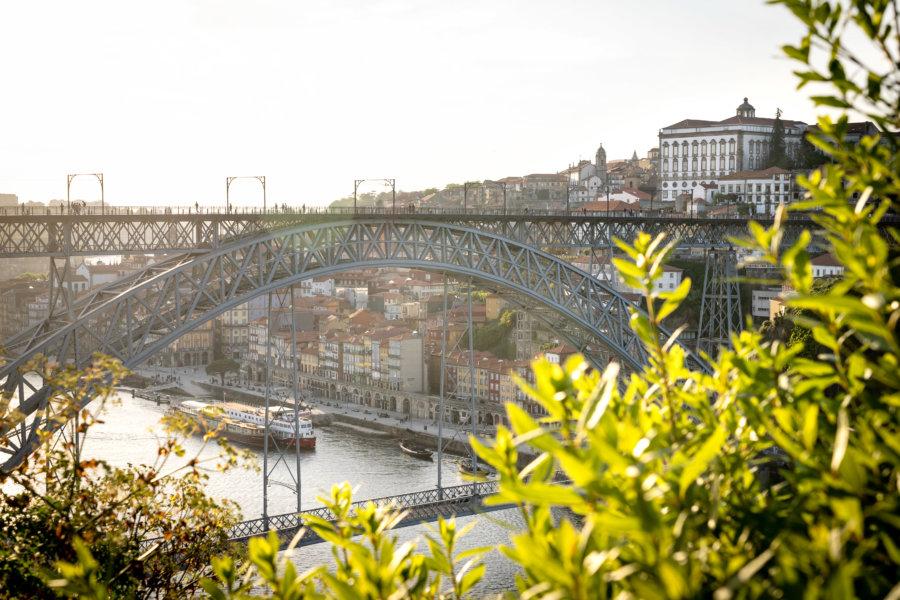 Vue sur Porto et son pont au coucher du soleil