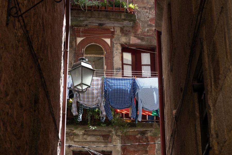 Porto : linge aux fenêtres dans le quartier de Ribeira