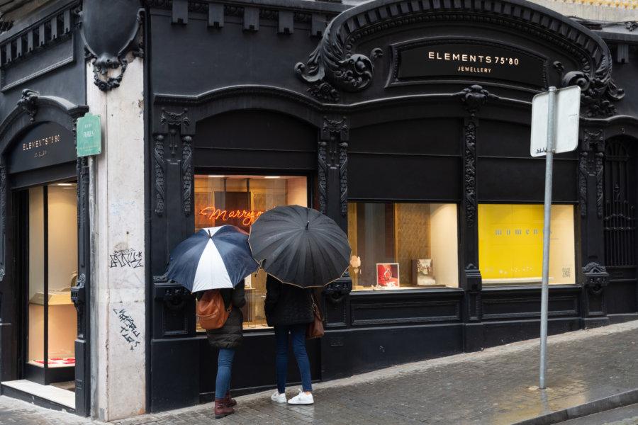 Vitrine et parapluies rue Flores à Porto
