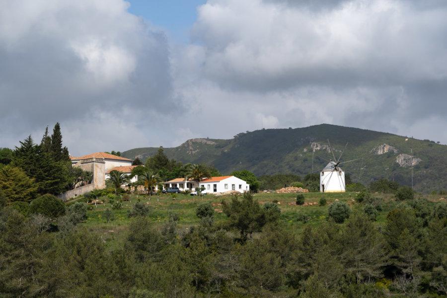 Vue sur des collines aux moulins depuis le château de Setubal