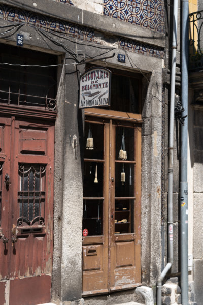 Vendeur de balais rue Belmonte à Porto