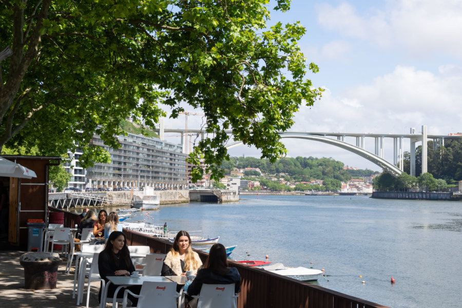 Bar près du pont Arrabida à Porto