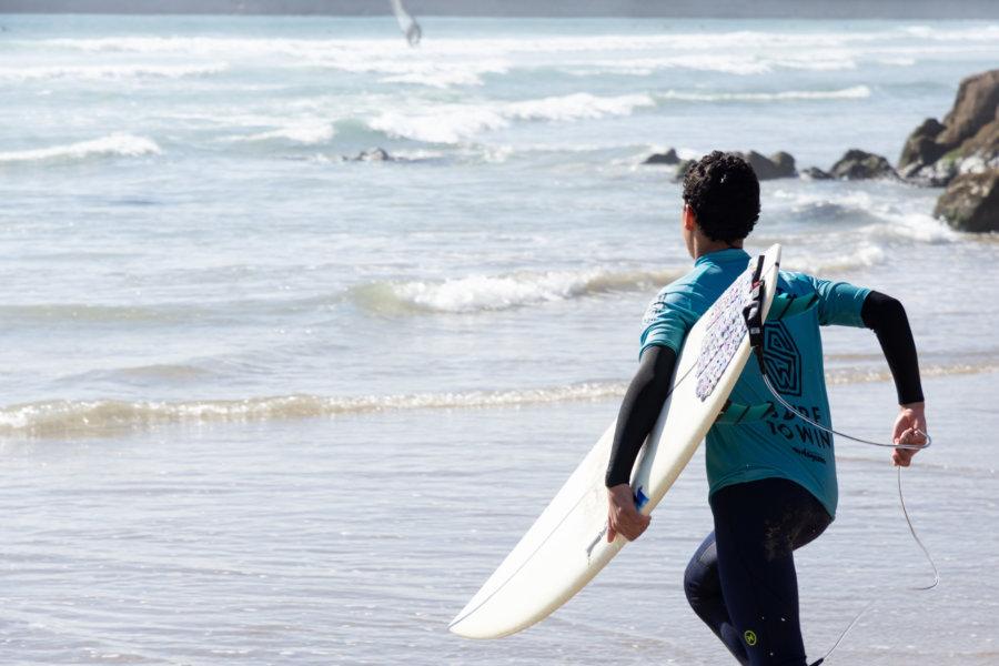 Surfeur sur la Praia Internacional à Foz do Douro