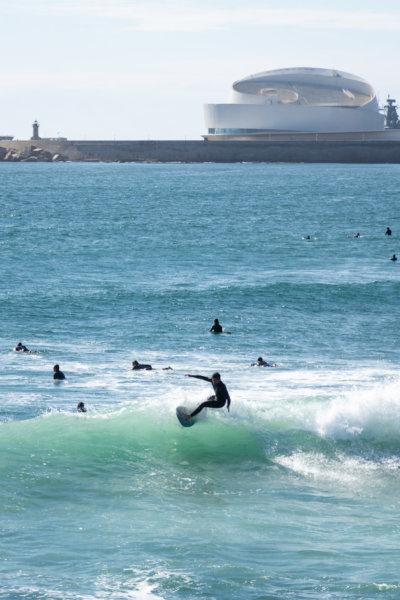 Surfeurs sur la plage de Matosinhos à Foz